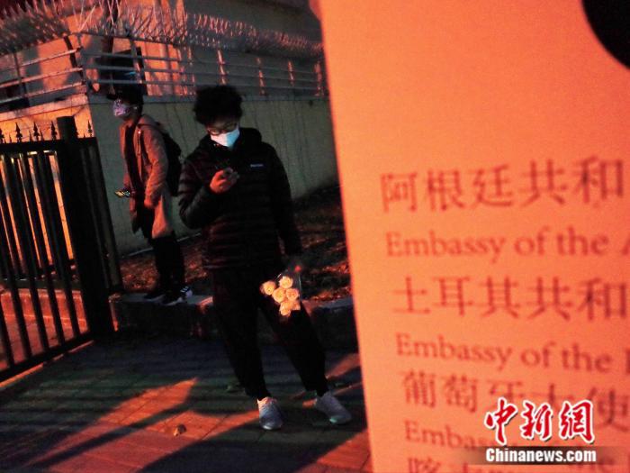他是他们的一个时代,中国球迷相聚阿根廷使馆悼念马拉多纳