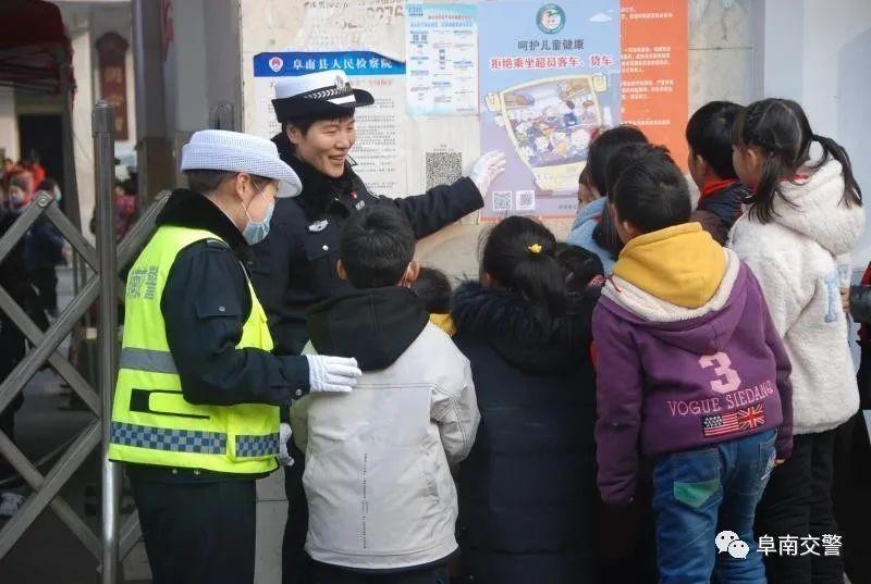 阜南交警:进校园张贴交通安全宣传海报开展交通安全宣传活动