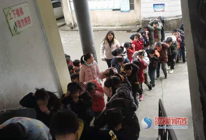 隆回县西洋江镇中心小学举行消防安全演练