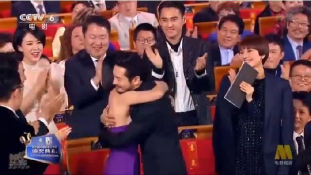 金鸡奖黄晓明获奖时,大家都起身祝福,可是唯独段奕宏坐着…………