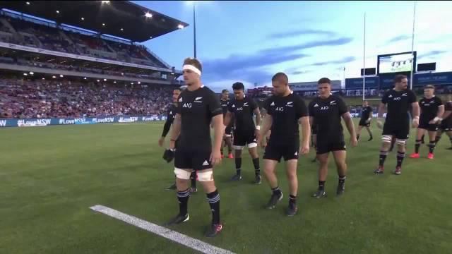11月28日,在新西兰全黑与阿根廷普马斯进行的一场橄榄球比赛前……