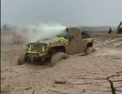 车子陷进泥地里该如何自救?下面这个就是错误的示范