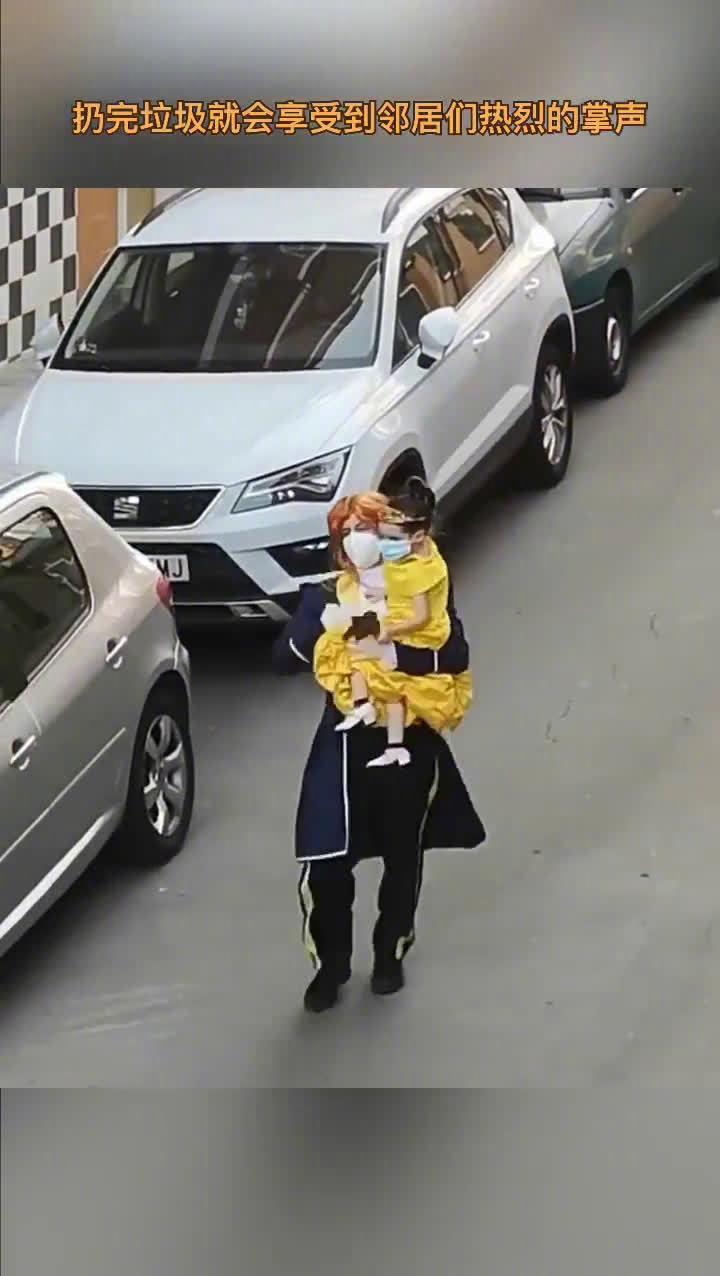 西班牙的一对父女每天都打扮成不同的漫画人物去扔垃圾