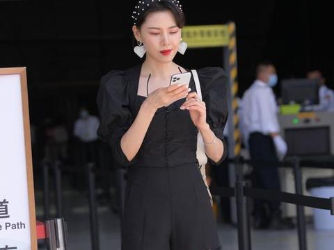 暖冬,美女用黑色方领泡泡袖上衣搭配黑色短裤,显高显瘦又时髦