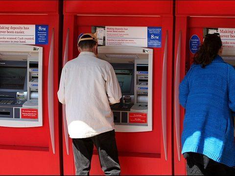 男子ATM机取钱,里面有异声并吐出求救字条,赶紧报警!