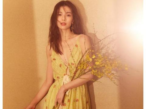 """夏日女神钟楚曦,穿淡黄色吊带连衣裙,原来""""飞机场""""也很美"""