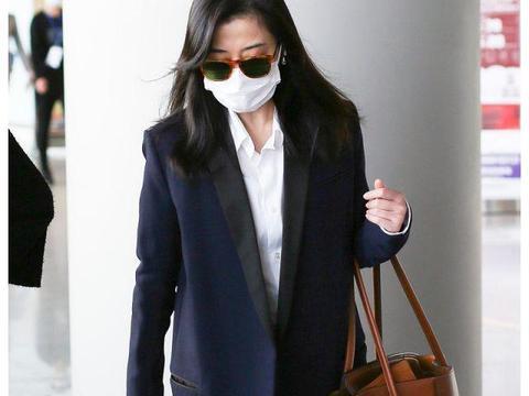 梅婷素颜很真实,穿呢大衣紧身裤走机场,有中年女性的优雅!