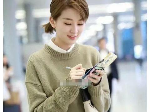 乔欣机场穿搭好接地气,针织马甲衬衫叠穿,简约随性又有少女感