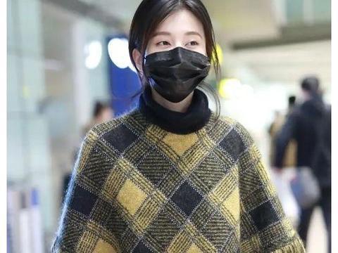 乔欣走机场穿出秋冬高级感!格纹斗篷搭配开叉裙,气质优雅美极了