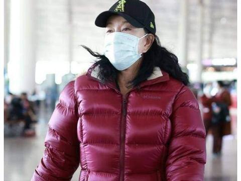 65岁刘晓庆终于不扮嫩!裹大红棉袄素颜走机场,脸上状态老得真实