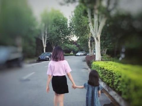 黄多多13岁就染发,黄磊二女儿更大胆,七岁开始缠着妈妈学化妆