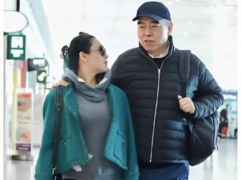陈红陈凯歌甜蜜走机场,穿卫衣配小香风外套,混搭洋气又减龄