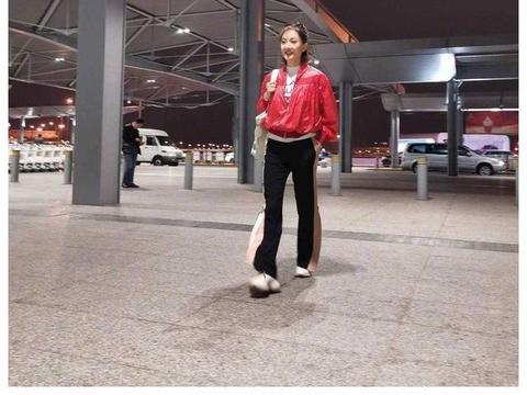 """牛莉走机场真""""洋气"""",穿红色棒球服配阔腿裤青春活力,哪像47岁"""