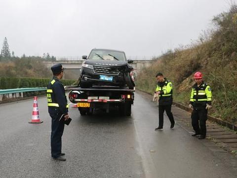 男子分心驾驶酿车祸 车辆受损严重