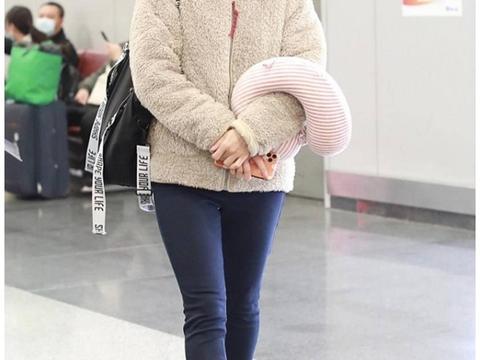 胡可的机场穿搭真养眼,羊羔毛外套配紧身裤,戴渔夫帽减龄又洋气