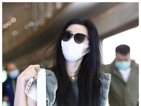 范冰冰携老妈走机场,穿毛背心搭绿色半裙,造型时尚气场二米八