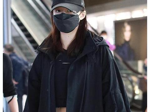 关晓彤机场大秀马甲线不要保暖,露脐装搭紧身裤苗条身材抢镜