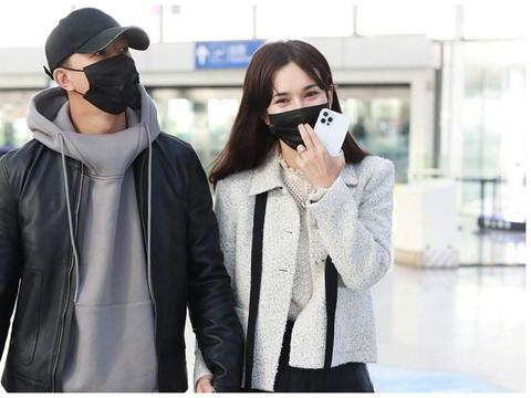 韩庚携爱妻现身机场,情侣装大方牵手秀恩爱,网友却质疑时尚品味