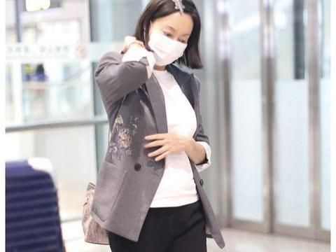 惠英红赴长春电影节,罕走机场手上青筋爆出,60岁麻杆腿看自卑