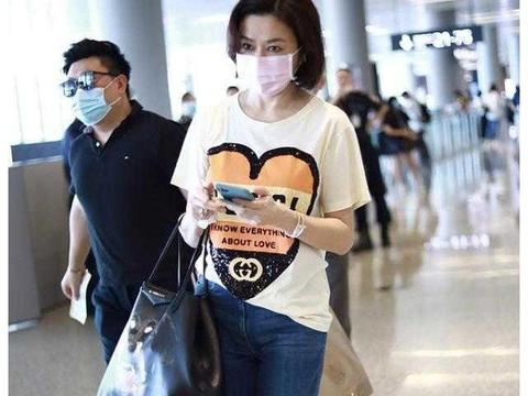 关之琳哪像57岁,穿米色T恤配喇叭裤走机场,减龄说40岁都信