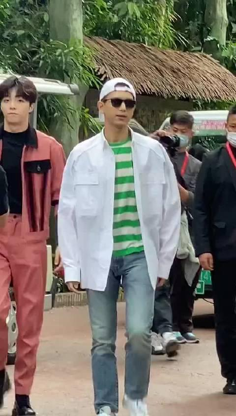 李现广州路演,白色外套+白色鸭舌帽反带+墨镜…………