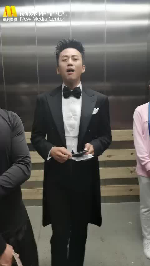分享一个电梯间里也在用心练歌的主持人