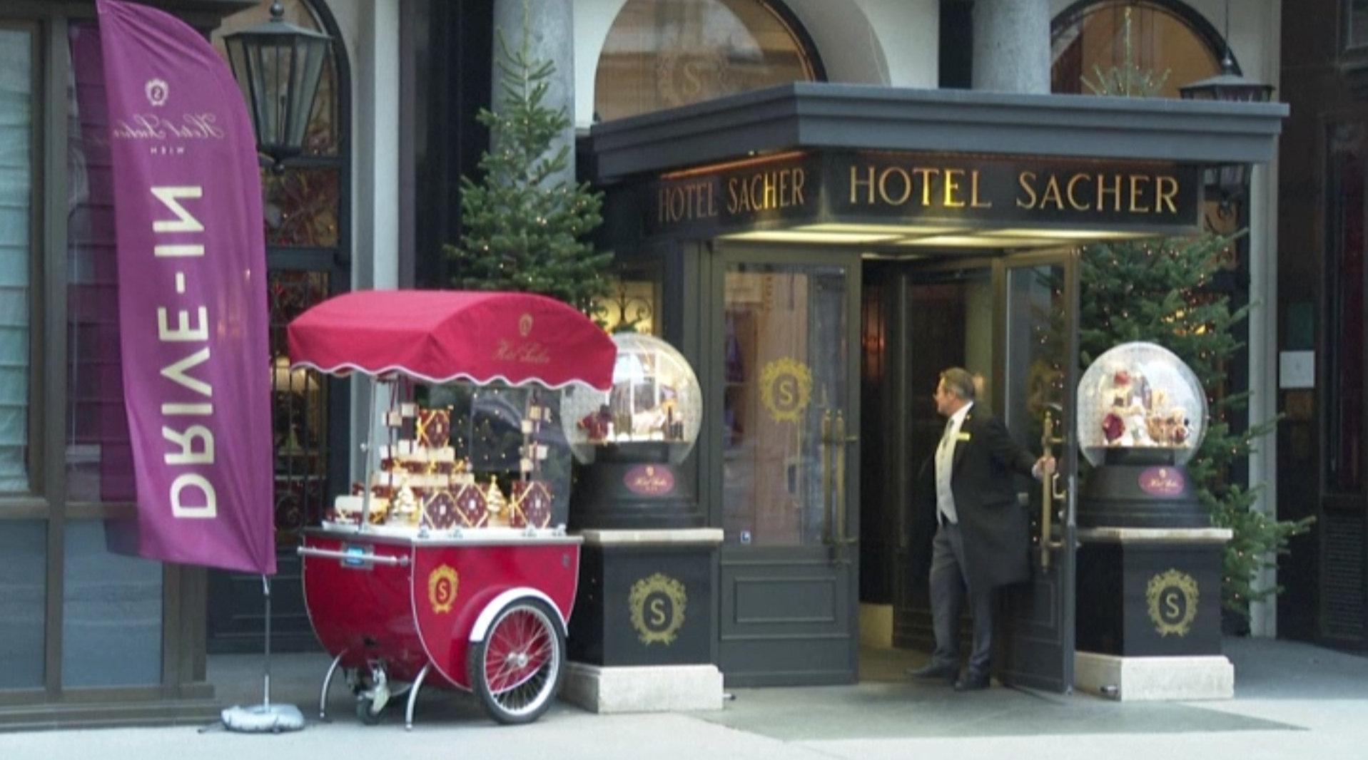 疫情之下 维也纳高级酒店门口摆摊自救