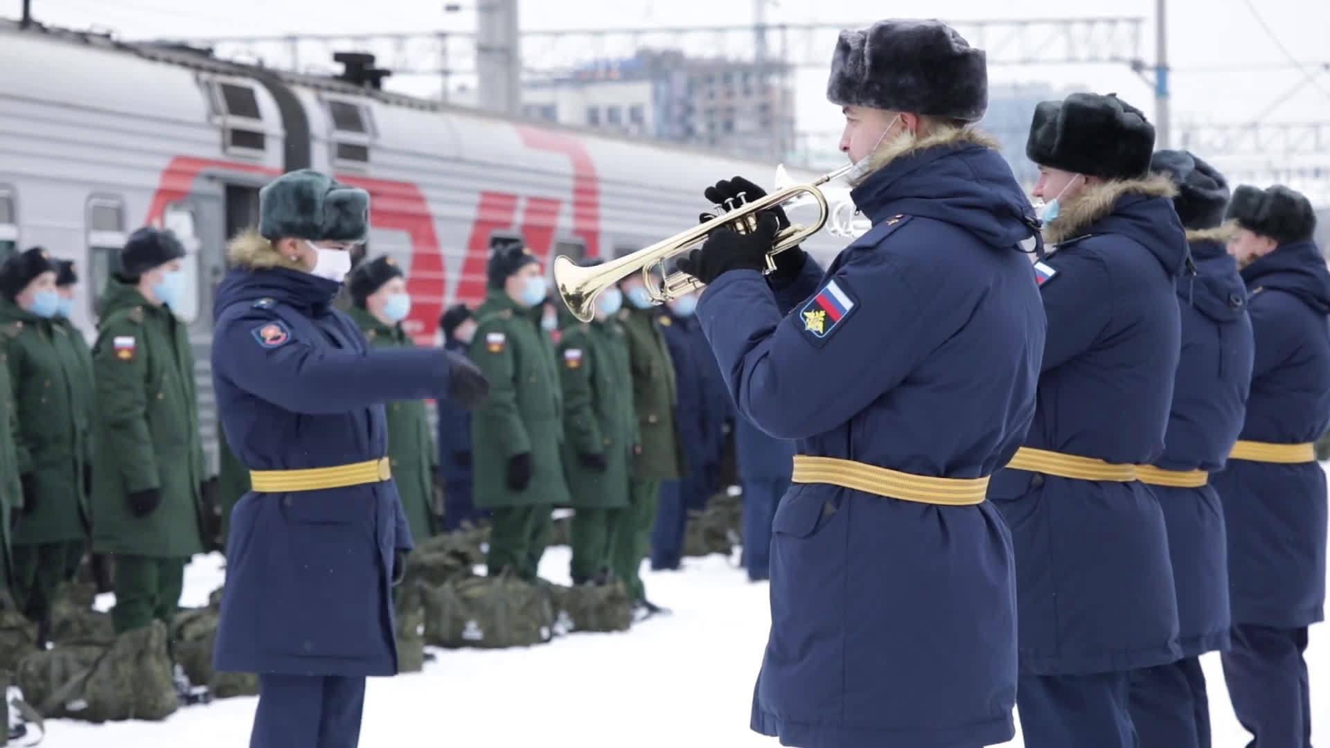俄军新兵入伍前火车消杀,军乐队为准备奔赴军营的新兵奏乐