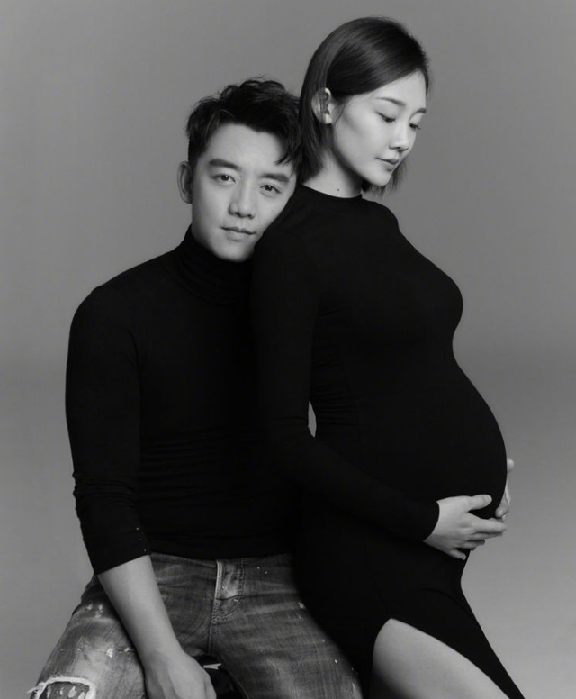 郑恺晒孕肚写真为苗苗庆生,称三口之家老婆最大,女儿太可爱