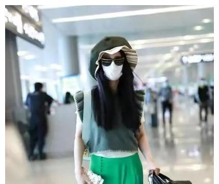范冰冰又出神搭配!穿荧光绿开叉裙机场变秀场,范妈妈大背头抢镜