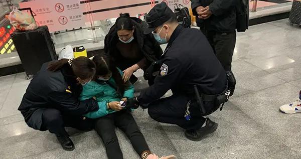 旅客突发疾病,白城铁警上演生死救援