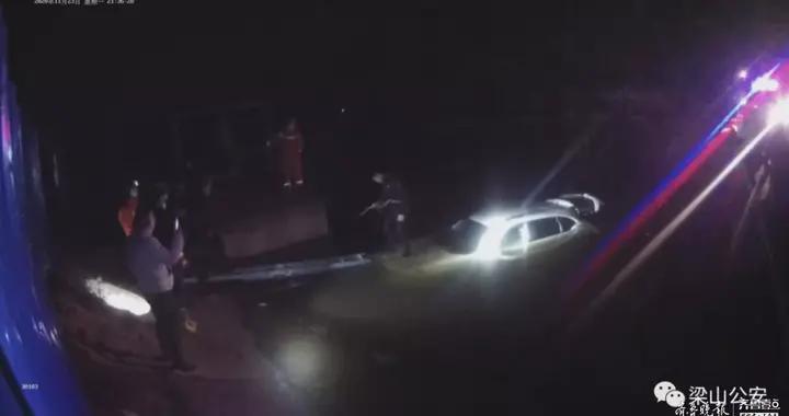 事发梁山!一轿车坠入水渠2人被困车顶,民警消防抛绳营救