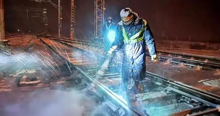 新疆铁路部门积极应对降雪降温天气 保证旅客安全出行
