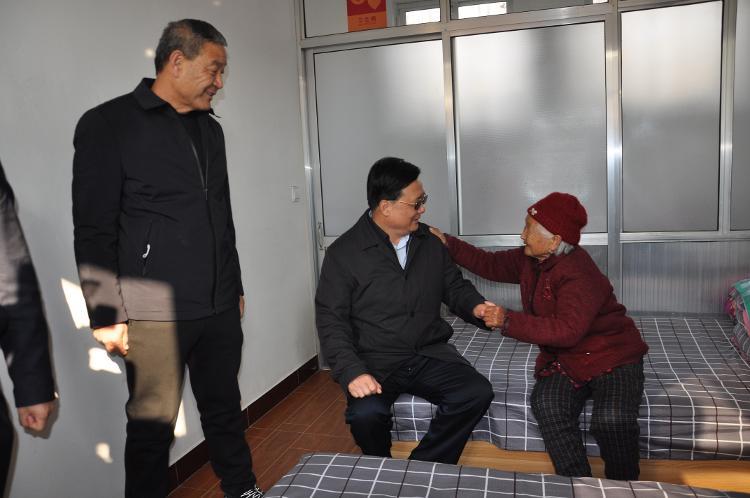 潍坊市市场监督管理局党组书记、局长冯纪伟到昌乐县庵上湖村参加送健康和帮助困难群众过暖冬活动