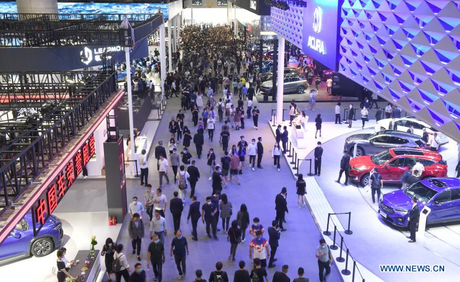 People visit the 18th Guangzhou International Automobile Exhibition at the China Import and Export Fair Complex in Guangzhou, south China's Guangdong Province, Nov. 29, 2020. The exhibition concluded here on Sunday. (Xinhua/Lu Hanxin)