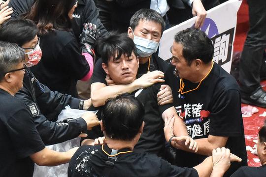 """政客""""网红化"""",台湾政治走向沉沦"""