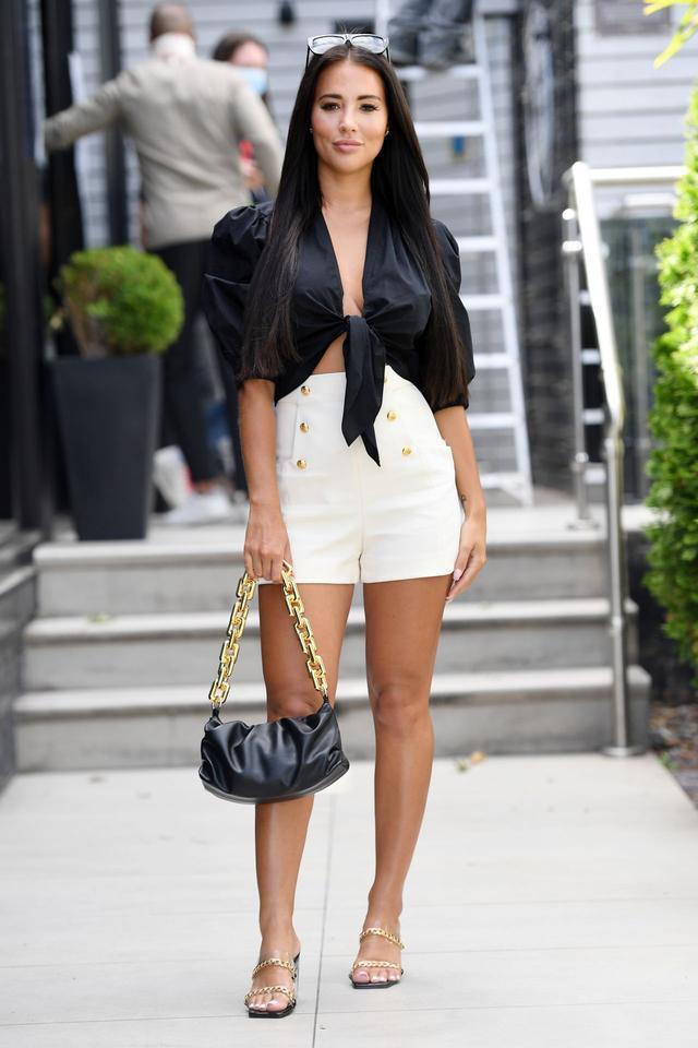 女星亚兹明·乌克赫卢现身伦敦街头,她看起来艳丽迷人