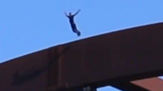 美国一社交媒体博主从大桥顶上跳入河里致颅骨骨折