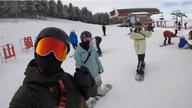 今天滑了丝路,拍了两趟,雪很好,但是欢乐谷还没开,雪道很宽……