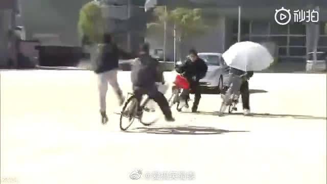 日本专业替身演员为中小学生展示自行车交通安全事故现场……