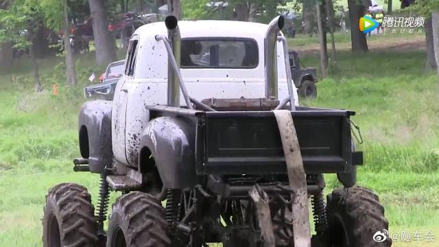 大脚车场泥极速跳跃表演,不得不佩服这老司机的驾驶技术!
