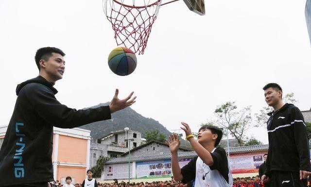 五小时车程当半天乡村小学支教志愿者 CBA四川队用篮球传递爱