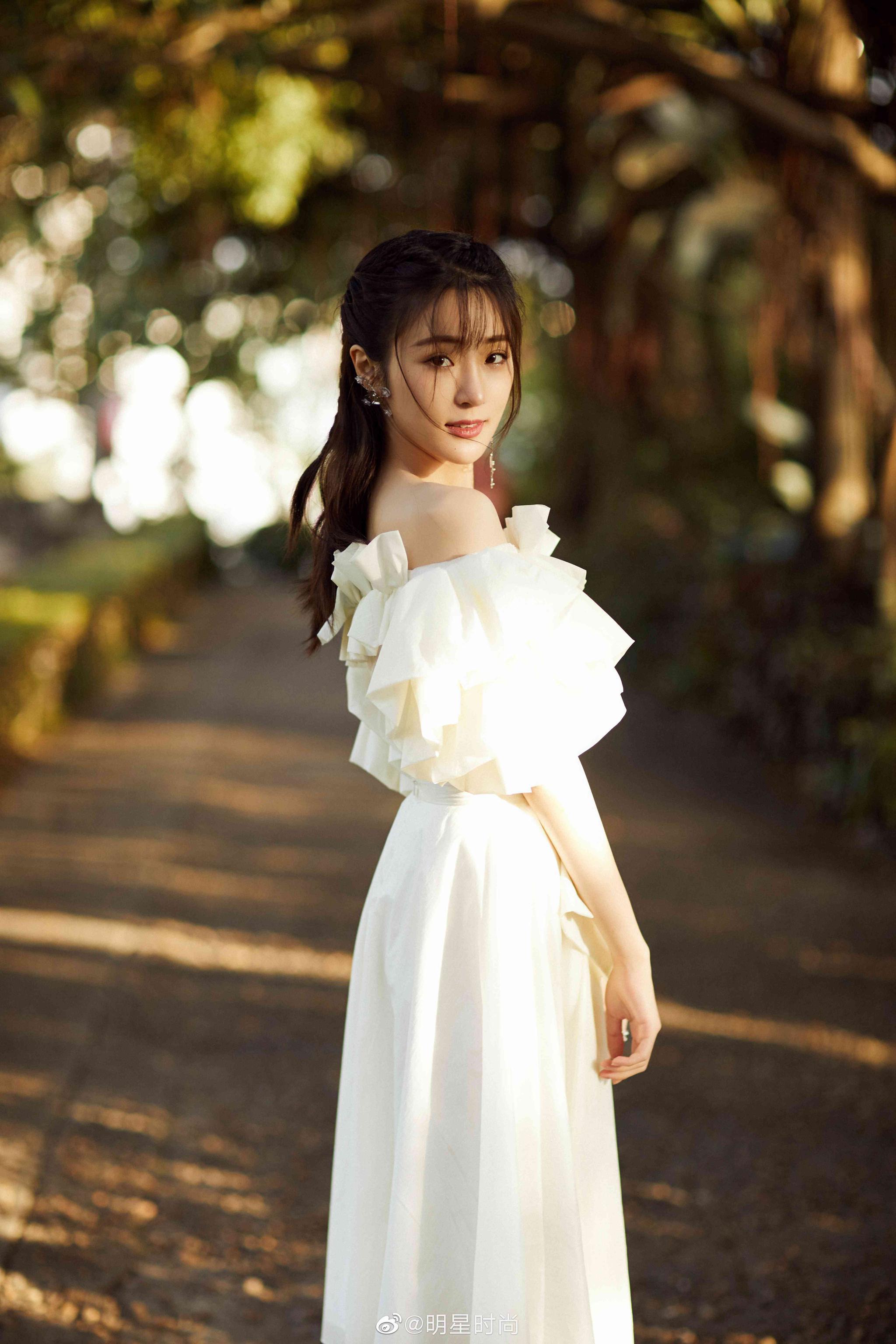这一身花瓣长裙可太美了,纯净的白色…………