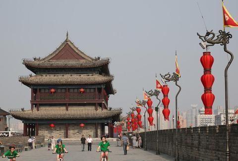中国现存最大的古城墙,城门就多达18个,游客逛一圈要5个小时