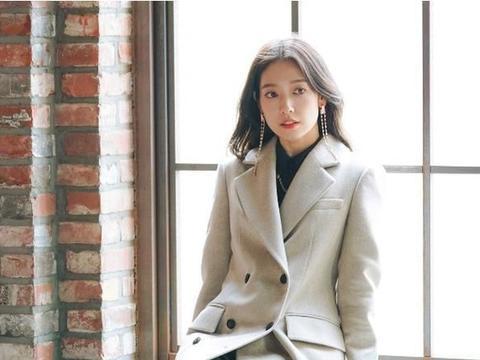 朴信惠又在审美点上蹦迪了,一款大衣一种风格,也是没谁了
