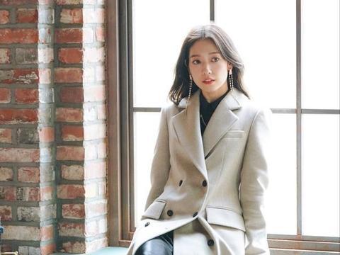 朴信惠又来挑战人的审美了!八款大衣八种风格,上身效果让人惊叹