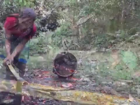 荒野没有炊具怎么办?村花巧用竹筒蒸蛋吃,真是太聪明啦