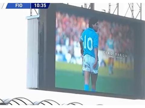 比赛第10分钟,球员停止进攻,所有人起立鼓掌,意甲上感人一幕