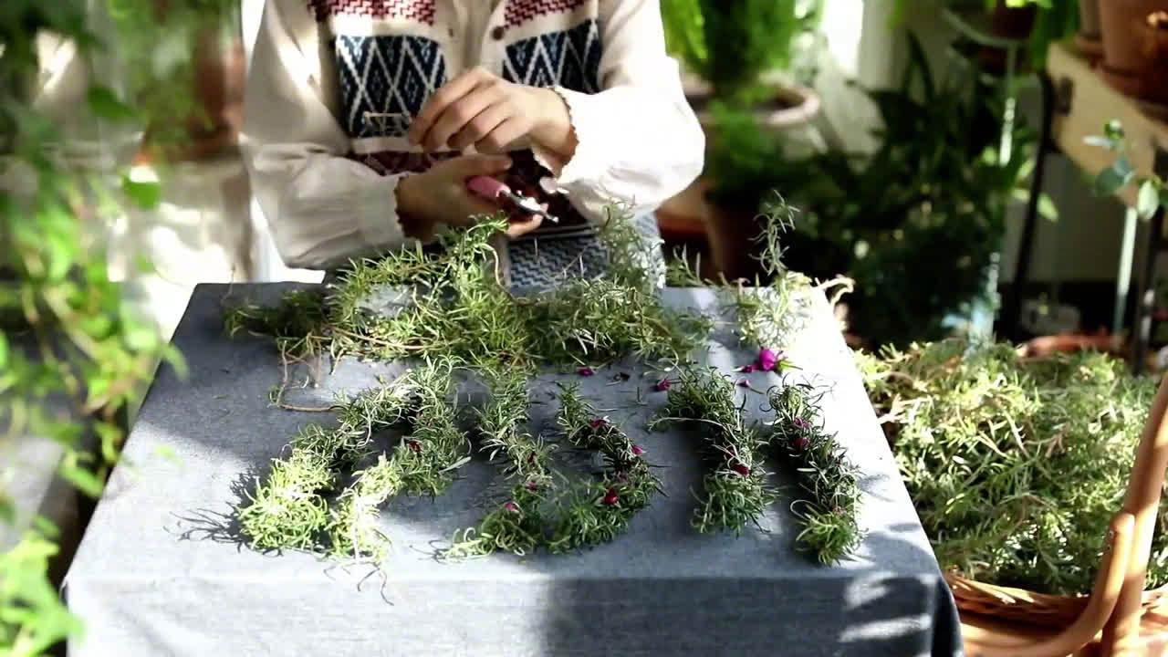 幸福的阳台庭院生活 在阳台种满各式香草…………