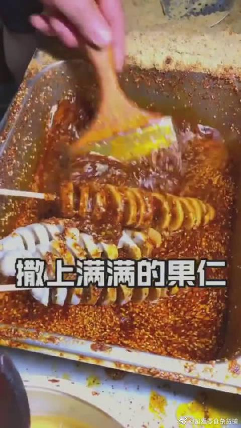 第一次见卷着吃的烤面筋,抹辣椒我还能理解,撒上果仁是更好吃?……